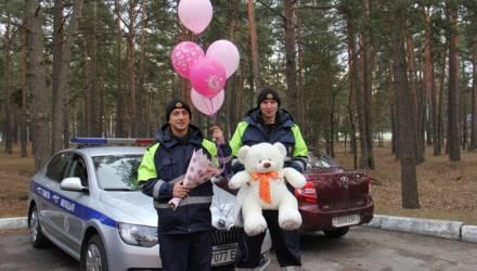 В Гомеле сотрудники ГАИ помогли доставить в роддом молодую маму и встретили её после выписки