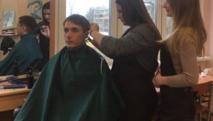 """""""Отсекаю всё лишнее"""". Гомельчанин доверился начинающему парикмахеру-девушке из колледжа бытового обслуживания – что он увидел в отражении?"""