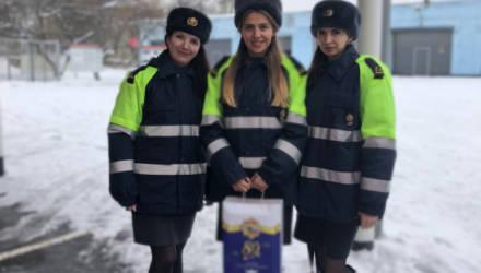 В Гомеле девушки-офицеры ГАИ и МЧС поздравляют мужчин-автомобилистов
