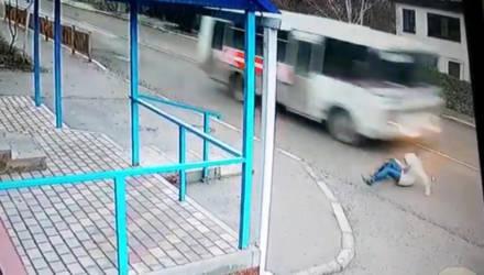 Девушка чудом не погибла под колёсами автобуса. Посмотрите, как ей удалось выжить