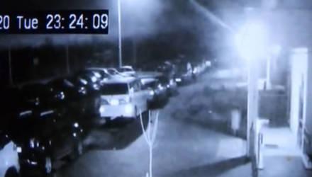 """""""Звоните завтра"""". В Шведской горке загорелась осветительная мачта, раскалённый пластик падал на автомобили (видео)"""