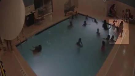 Ребёнок тонул в течение четырёх минут, пока взрослые беззаботно веселились в том же бассейне — видео
