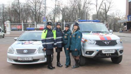 Сотрудницы ГАИ и МЧС в Гомеле поздравили мужчин с Днём защитника Отечества