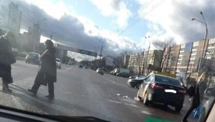 В Гомеле пешеход в чёрных солнечных очках бежал на красный и попал под колёса, его ищут