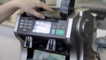 В Беларуси закрываются отделения банков. Почему и куда устраиваются работники оттуда?