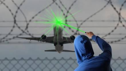 Экипаж самолёта, пролетавшего над Гомельщиной, ослепили лазерным лучом. В УВД рассказали, чем грозит баловство