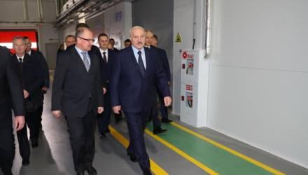 Лукашенко выступил резко против увольнения людей с предприятий в сложный период