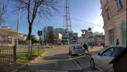 В центре Гомеля водитель BMW выяснял отношения с водителем Peugeot на кулаках
