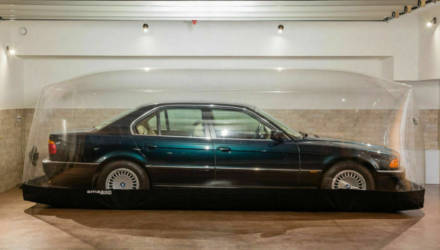 """Действительно """"капсула времени""""! BMW 740 простоял 23 года в специальном пузыре - теперь машину продают"""