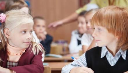 Учителя массово собирают заявления от родителей, которые хотят оставить детей дома
