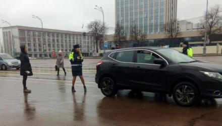Марафон поздравлений для автоледи проводят в Гомеле сотрудники ГАИ