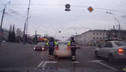 Сотрудники ГАИ в Гомеле оказали помощь автомобилисту