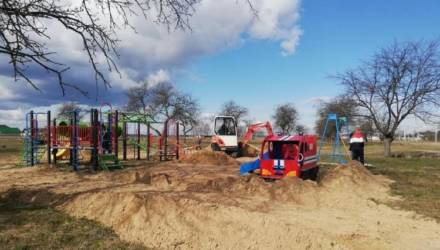 Жители агрогородка Бобовичи под Гомелем обустраивают детскую площадку