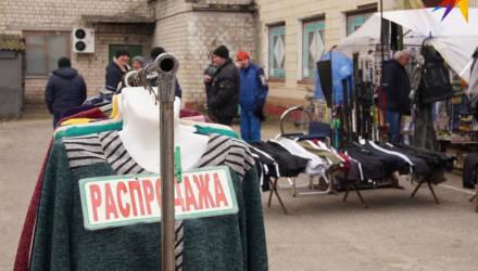 «Один местный мужик взял резиновые шлёпки за 5 рублей и уже два года не отдает»: как на рынке в райцентре Гомельщины продают товары в долг