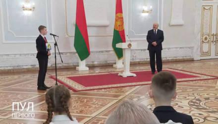 """Лукашенко – школьникам: """"Не спешите выбирать профессию! А то будет, как у меня"""""""