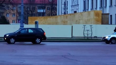 Очевидец: В Гомеле возле драмтеатра ограждением из профнастила снесло женщину с ребёнком
