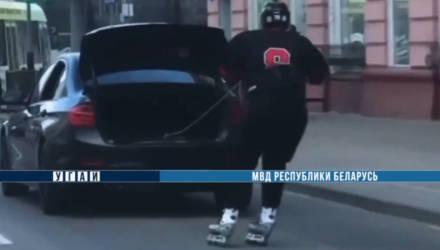 В Гомеле сотрудники ГАИ нашли и оштрафовали парня, который в хоккейной форме катался по Советской на роликах, держась за верёвку от багажника BMW