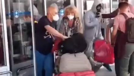 """""""Фашисты, выпустите!"""" Украинцы с боем прорвались из аэропорта, чтобы не идти в обязательную обсервацию"""