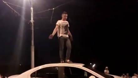 8 Марта близко. В Гомеле молодой человек ночью пел песни на крыше авто незнакомой женщины
