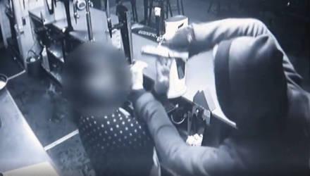 Вооружённый грабитель снял маску и обнял плачущую жертву, когда она узнала его голос