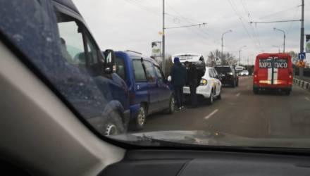 """Есть рекорд! Гомельчане собрали на Сельмашевском мосту """"паровозик"""" из 6 авто"""