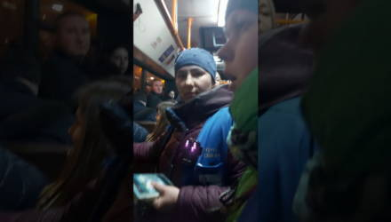 """В Гомеле парень с беременной девушкой зашли в переполненный автобус """"с хвоста"""", пропустили кондуктора, не купили билет и возмутились, что их оштрафовали"""