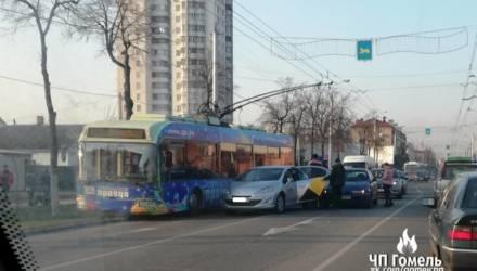 """Со стороны казалось, что не заметил троллейбус: ДТП с участием """"Яндекс.Такси"""" частично парализовало движение в Новобелицком районе Гомеля"""