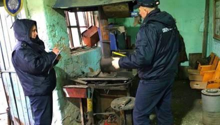 В Жлобинском районе двое решили сделать кувалду из старого боеприпаса. Произошёл взрыв, один погиб