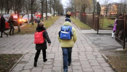 Минобр рассказал, могут ли родители не пускать детей в школу, и есть ли за это ответственность