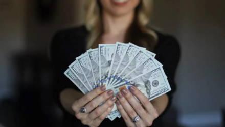 """""""Гарантирую высокие проценты по вкладу"""". В Житковичах женщина завладела деньгами граждан на общую сумму свыше $200 тысяч"""