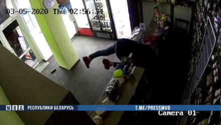 План побега на такси в Гомель не сработал. 15-летний подросток всего за месяц ограбил несколько магазинов, кафе и собственную мать