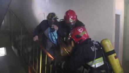 Пожар квартиры в Гомеле: спасателями эвакуированы 7 человек из них двое детей – подробности