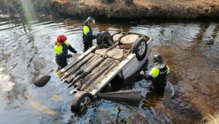 В Октябрьском легковушка слетела в реку