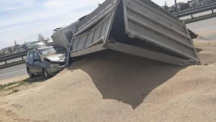 Фотофакт: в Жлобине МАЗ с комбикормом упал на «Ладу»