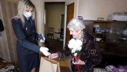 100-летней жительнице Гомельской области вручили новый паспорт, цветы и продуктовый набор