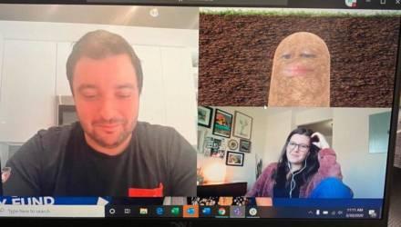 Начальница превратилась на видео в картошку и, не зная, что делать, провела так всю конференцию