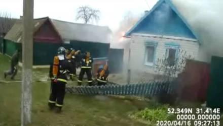 """""""Быстрее! Ой, ужас"""". В Добрушском районе пожарный и случайный прохожий спасли женщину из горящего дома"""