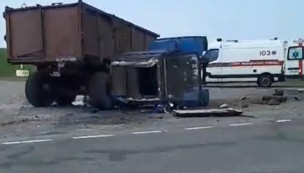 Видеофакт: в Мозыре столкнулись трактор и МАЗ. И оба перевернулись