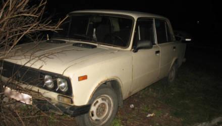 В райцентре Гомельской области парень из деревни после застолья решил вернуться домой на угнанном авто, но врезался в клумбу