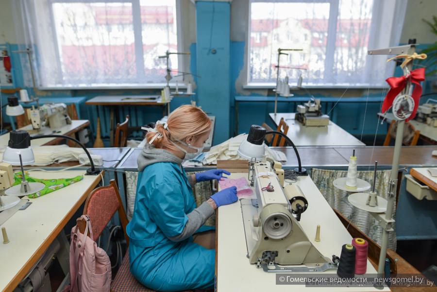 Изготовление защитных повязок наладили на гомельской ФХИ «Любна»