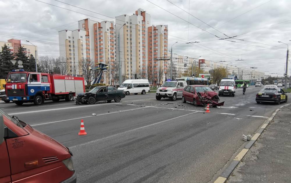 Жёсткое ДТП в Гомеле на Советской: в автомобилях зажало водителей, понадобилась помощь спасателей