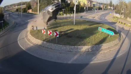 #аварии #дтп #водители Водитель на пустой дороге не заметил ограждение и взлетел в воздух, как пушечный снаряд — видео