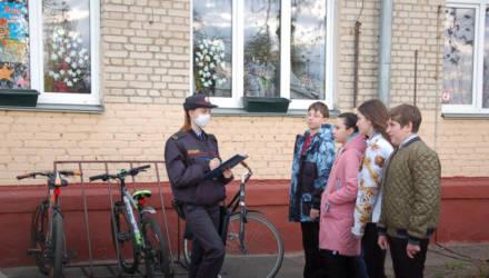 """В Гомеле милиционеры рассказали, почему могут оштрафовать владельцев велосипедов, которые оставляют """"байки"""" на лестничных площадках"""