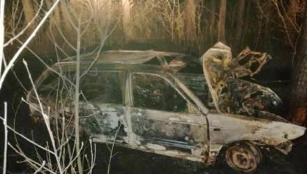 На гомельской трассе VW вылетел с трассы, врезался в дерево и загорелся. Водитель и пассажир погибли