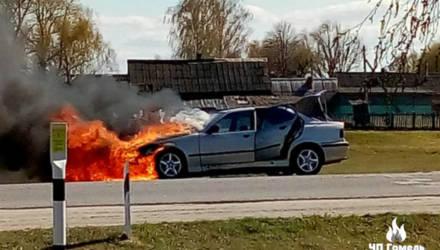 В Чечерском районе загорелся BMW с людьми внутри