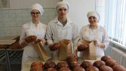Гомельский колледж кулинарии испёк врачам пасхальные куличи