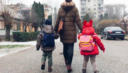 Минобр: запрещать родителям оставлять детей дома никто не будет