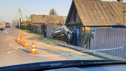 В Светлогорске водитель «девятки» протаранил столб и дом
