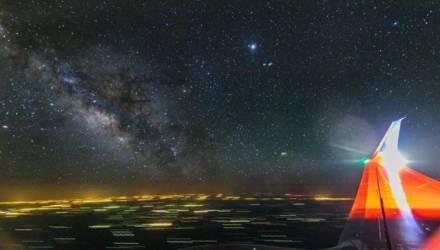 Фотограф снимал Млечный Путь из окна самолёта, когда в кадр попало куда более редкое явление