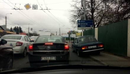 """""""Бить, нельзя, объяснять бесполезно, значит, по закону"""". В Гомеле водители требуют наказать молодёжь в """"Жигулях"""", которые в час пик перекрыли... тротуар"""